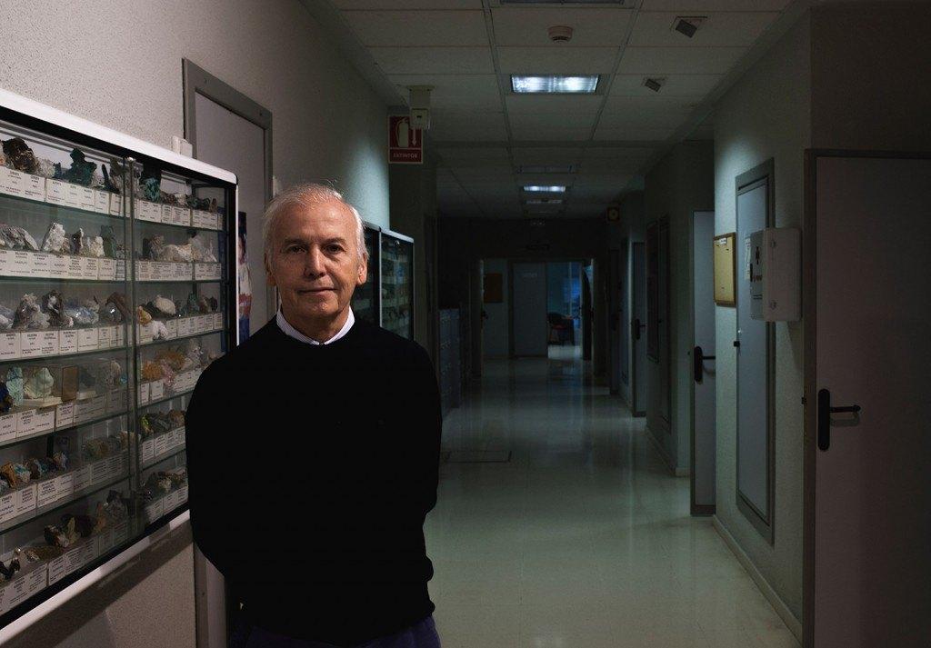Carmona es Catedrático de Química Inorgánica en la Hispalense