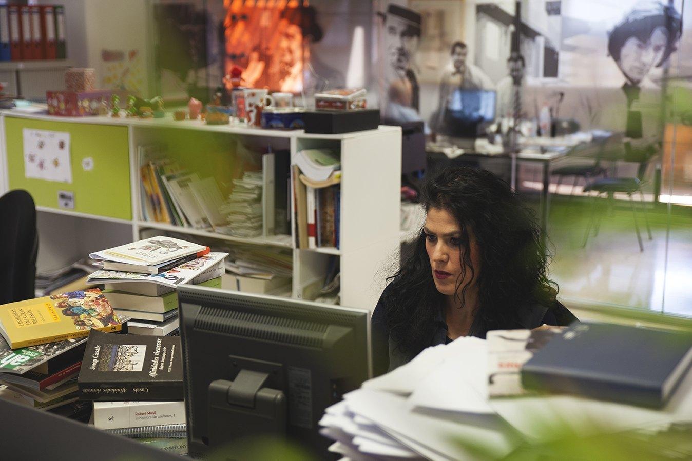Eva Díaz Pérez, en la redacción del periódico El Mundo donde trabaja