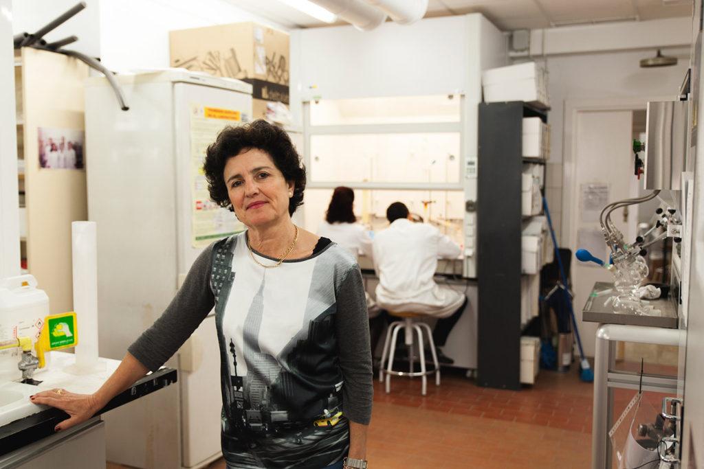 Carmen Ortiz, catedrática de Química de la Hispalense en el laboratorio