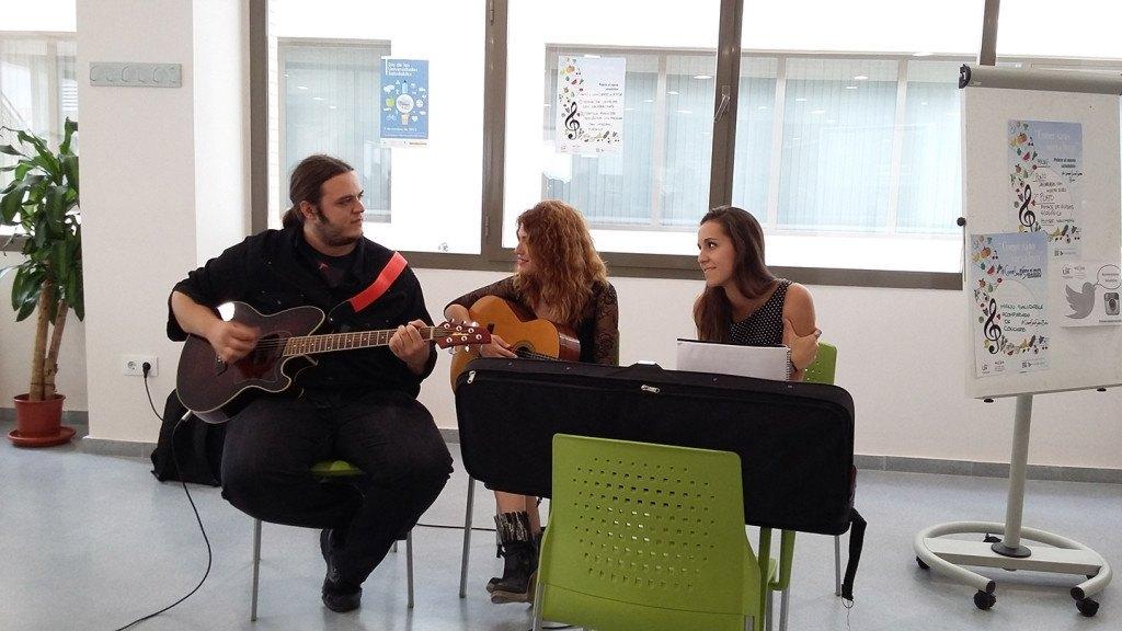 Los músicos que amenizan la hora del almuerzo forman parte de la comunidad universitaria