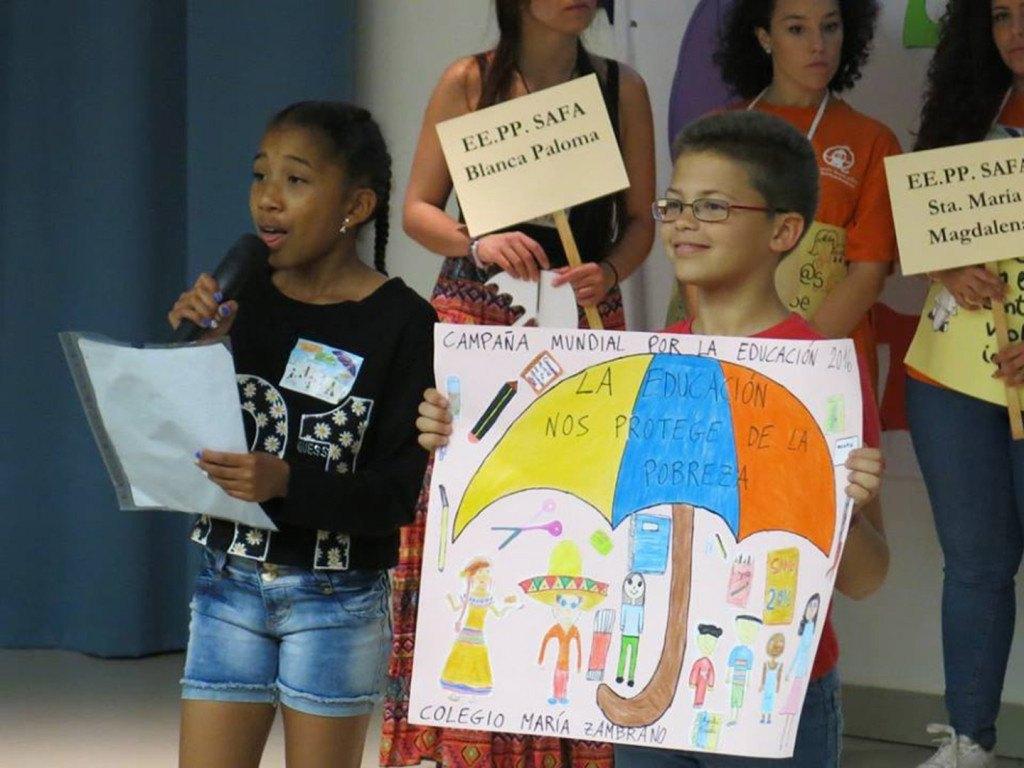 Una niña lee un manifiesto durante el acto reivindicativo que se celebró en la Universidad de Sevilla con motivo de la Semana de Acción Mundial por la Educación