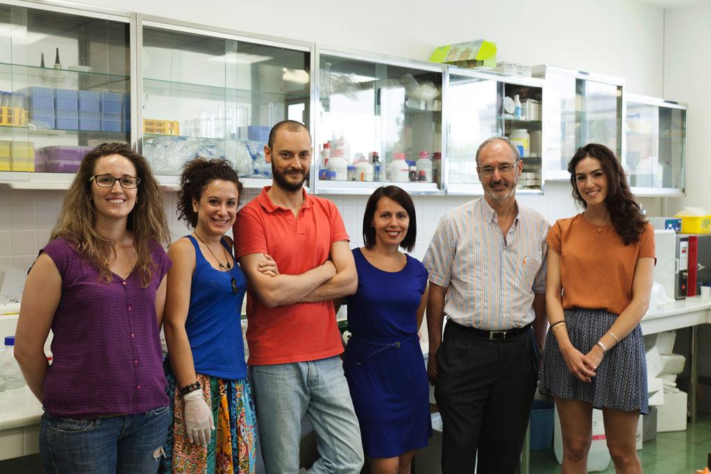 Mario David Cordero, junto a su equipo de investigadores en la Facultad de Odontología