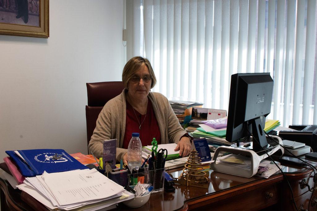 Pilar Malet, decana de la Facultad de Química en su despacho